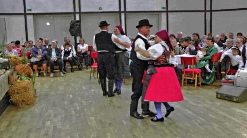 auch die Vertreter der Volkstanzgruppe aus Bercel erfreute uns während des Spieles mit ihren Tänzen