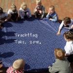 Kinder um das Blaufärbertuch