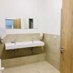 Az új tanári helyiséget mosdókkal is ellátták / / Das neue Lehrerzimmer wurde auch mit Sanitärblock ausgestattet