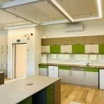Az új tanári helyiségben egy teakonyhát is kialakítottak / Im neuen Lehrerzimmer wurde auch eine Teeküche eingebaut
