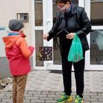 Die Schüler beschenkten die ehemaligen Pädagogen der Schule mit selbstgebastelten Laternen