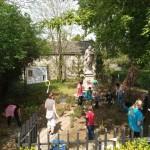 Die Pflege des kleinen Parks rund um die Statue des Heiligen Johannes von Nepomuk  ist für die Ungarndeutsche Selbstverwaltung Tschemer wichtig.