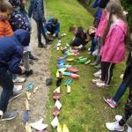 GrundschülerInnen ließen Papierschiffe treiben.