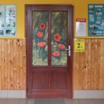 A 40. hajósi alkotótáborban született művek díszitik a helyi német iskola tantermeinek ajtaját / Im 40. Hajoscher Sommerkünstlerlager entstandene Kunstwerke zieren Türen der örtlichen Grundschule