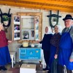 Die Seniorenmitglieder des Edelweiss Tanzvereins in Moor/Mór feierten auch mit! Im Fenster sind auch frühere TT-Bilder zu sehen. (zugeschickt von Terézia Hartmann-Wundele)