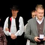 """Auszeichnung """"Für hervorragende Verdienste um die ungarndeutsche Volkstanzkunst"""" an Julianne Szabó"""