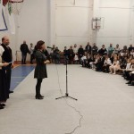 Karacs Zsuzsanna iskolaigazgató köszönti a megjelenteket / Schuldirektorin Zsuzsanna Karacs begrüßt die Kinder und die Eltern