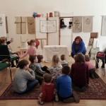 Ambach Mónika, a Zentrum igazgatója köszönti a kis vendégeket / Monika Ambach begrüßt die kleinen Gäste