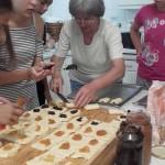 Die Schmerkipfel werden zubereitet / Készülnek a hájas kiflik