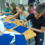Auf Blaufärbertuch konnten die Kinder selbst entworfene Muster tupfen / Kékfestő anyagra saját tervezésű mintákat vihettek fel a gyerekek