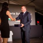 Lőre Péter, a kuratórium elnöke adta át a legsikeresebb végzősnek a kuratórium díját  / Kuratoriumsvorsitzender Péter Lőre überreichte die Auszeichnung des Kuratoriums der erfolgreichsten Absolventin