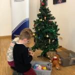 Idén a gyerekek is hoztak a fa alá ajándékot, amit majd rászorulók kapnak meg / Die Kinder brachten Spielsachen mit, die dann an bedürftige Kinder verschenkt werden
