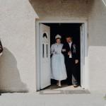 A hagyományos zenés kikérőhöz ragaszkodott az ifjú pár.  / Die Hochzeit begann traditionsgemäß mit Musik, dann wurde die Braut herausgeführt.