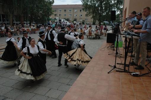 5. Taenzer aus Sankt Martin und der Takser Spatzen - szigetszentmartoni tancosok es a Takser Spatzen zenekar