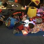 Csak hálózsákra, könyvekre és természetesen jókedvre volt szükség. / Mitzubringen waren Schlafsack, Bücher und natürlich gute Laune.