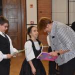 Dörte Christensen überreichte den drei besten SchülerInnen der Kategorien deutschsprachige Bücher / Dörte Christensen német nyelvű könyveket nyújtott át a kategóriák három legjobbjának