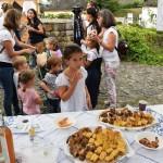 Almás sütemények válogatott fajtái várták az érdeklődőket az újbarki asztalnál / Am Neudörfler Stand wurden leckere Kuchen mit Apfel geboten