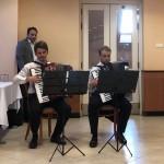 Harmonikaszóval kezdődött a megnyitó / Die Ausstellungseröffnung begann mit Akkordeonmusik