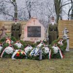 Das Mahnmal der Maaner Vertriebenen mit Kränzen und Blumen des Gedenkens