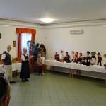 Faragványokból és népviseleti babákból álló kiállítást is láthat a közönség / Eine Ausstellung aus Schnitzereien und Trachtenpuppen wurde dem Publikum gezeigt