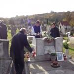 Schilling Roger sírjánál / Am Grab von Roger Schilling