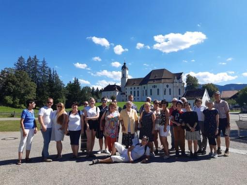 Gruppenfoto vor der beruehmten Wieskirche