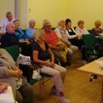 A közösség érdeklődéssel követte a felolvasás / Das Publikum hörte interessiert zu