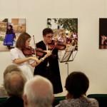 Mravinac Anna és Bálint karácsonyi hegedűkoncerttel örvendeztették meg a közönséget / Anna und Bálint Mravinac gaben ein kleines Geigenkonzert aus Weihnachtsliedern