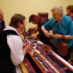 Schneider Péterné bútorfestő bemutatta, hogyan készülnek a színes hartai tárgyak / Möbelmalerin Maria Schneider führte vor, wie die bunten Hartauer Möbel entstehen