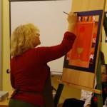 Ament Éva élőben mutatta be a bútorfestést a közönségnek / Eva Ament präsentierte dem Publikum die Möbelmalerei live