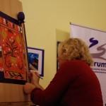 Ament Éva a Zentrum irodabútorának egyik ajtaját festette be  / Eva Ament  bemalte eine Schranktür des Zentrum-Büros