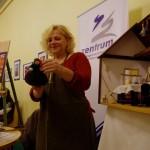 Ament Éva a saját maga által épített babaházzal / Eva Ament mit ihrem selbst gebauten Puppenhaus