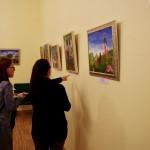 Ausstellung aus den Werken von talentierten Schülern / Tehetséges diákok festményei a falon