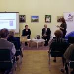 Ambach Mónika, a Zentrum igazgatója mutatja be az előadókat / Zentrum-Diretkroin Monika Ambach stellt die Referenten vor