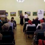 Csáki Károlyné (Sajószentpétervári NNÖ elnöke) mutatta be a kiállító művészeket / Margarethe Csáki (Vorsitzende, DNS Sajószentpéter) stellte die Künstler vor
