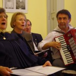 Harmonikaszó kísérte az éneket / Akkordeonspiel begleitete den Gesang