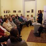 Ambach Mónika köszöntötte a vendégeket a budapesti könyvbemutatón / Monika Ambach begrüßte die Gäste bei der Buchvorstellung in Budapest