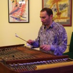 Az est zenei keretéről Csurkulya József gondoskodott /   Um die musikalische Umrahmung sorgte József Csurkulya