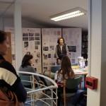 Wolfart-Stang Mária tartott a kiállítási anyaghoz kapcsolódó előadást /  Maria Wolfart-Stang hielt einen Vortrag über Valéria Koch anhand des Ausstellungsmaterials