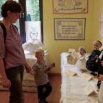 Auch die Kleinen besichtigten die Gereschlaker Ausstellung / A kicsik is megcsodálták a geresdlaki kiállítást