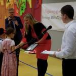 Manninger Zsuzsanna, az alapítvány elnöke oklevelet ad át az osztályok képviselőinek / Stiftungsvorsitzende Zsuzsanna Manninger übergibt den Klassenvertretern eine Urkunde