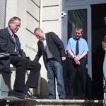 Hermann-Niermann-Stiftung begutachtet Treppenlift am Haus der Ungarndeutschen