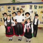 A kiállítás megnyitóján néhány diák a saját településének viseletében jelent meg / Zur Eröffnung der Ausstellung kamen einige Schüler in der Tracht ihres Heimatortes