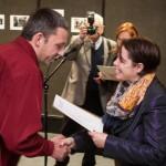 Gábor Baráth übernimmt den DK-Sonderpreis von Angela Korb / Baráth Gábor átveszi a DK-különdíjat Korb Angélától
