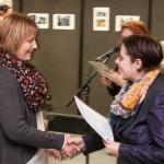 Maria Kulcsár-Hinze übernimmt den DK-Sonderpreis von Angela Korb / Kulcsárné Hinze Mária átveszi a DK-különdíjat Korb Angélától