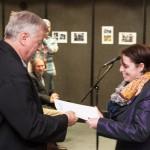 Gábor Barkó übernimmt den NZ-Sonderpreis von Angela Korb / Barkó Gábor a Neue Zeitung különdíját veszi át Korb Angélától