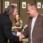 Péter Máy gratuliert Dénes Baracs zum Hauptpreis in der Kategorie Foto / Máy Péter Baracs Dénesnek a fotó kategória fődíjasának gratulál