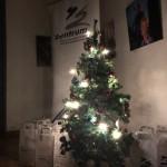 Minden közreműködőre egy kis csomagocska várt a fa alatt / Unter dem Weihnachtsbaum warteten kleine Geschenke auf die Mitwirkenden