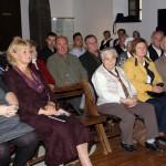 A kiállításmegnyitó közönsége / Das Publikum der Ausstellungseröffnung (Fotó: Varga Edit)