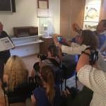 Beim Besuch des Museums der Karpatendeutschen beantwortete Dr. Ondrej Pöss, der Vorsitzende des Karpatendeutschen Vereins, die Fragen der Journalisten (Foto: Zentrum)